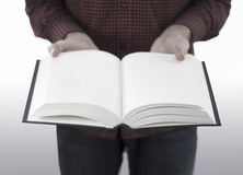 Mężczyzna mienia otwarta książka odizolowywająca na bielu Fotografia Royalty Free