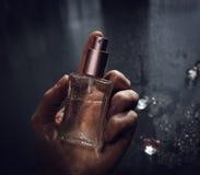 Mężczyzna mienia pachnidło Zdjęcie Stock