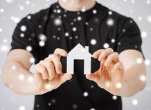 Mężczyzna mienia papieru dom Zdjęcie Royalty Free