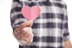 Mężczyzna mienia papieru serce zdjęcia royalty free