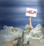 Mężczyzna mienia pomoc! podpisuje wewnątrz giganta stos recyclable zbiorników produkty reprezentuje środowiskowych wyzwania zdjęcia stock