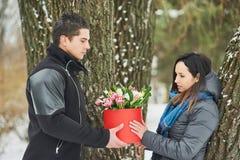 Mężczyzna mienia prezenta czerwony pudełko z pięknym bukietem tulipany i białe chryzantemy z zielonym leav kwitnienia menchii, ko Obrazy Stock