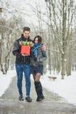 Mężczyzna mienia prezenta czerwony pudełko z pięknym bukietem tulipany i białe chryzantemy z zielonym leav kwitnienia menchii, ko Obrazy Royalty Free
