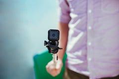 Mężczyzna mienia przygody kamery zakończenie up na selfie kiju Obraz Stock