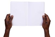 Mężczyzna mienia pustego miejsca notatnik fotografia royalty free