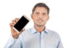 Mężczyzna mienia smartphone z pustym ekranem profesjonalnie odizolowywa fotografia stock
