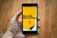 Mężczyzna mienia smartphone z sputnik wiadomością app zdjęcie royalty free