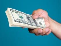 Mężczyzna mienia sterta dolarowi rachunki Fotografia Stock