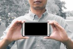 Mężczyzna mienia telefonu mobilny mądrze czerń LCD Zdjęcia Royalty Free