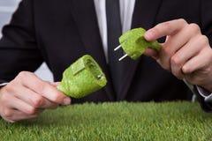 Mężczyzna mienia trawa zakrywający kabel obraz stock