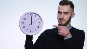 Mężczyzna mienia zegar na odosobnionym białym tle zbiory