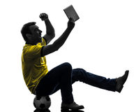 Mężczyzna mienie ogląda cyfrową pastylki sylwetkę Obrazy Stock