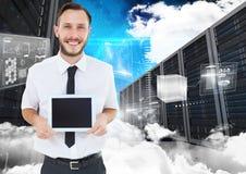Mężczyzna mienie używać cyfrową pastylkę przeciw bazy danych centrum w tle Zdjęcie Stock