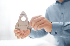 Mężczyzna mienie wewnątrz wręcza papierową rakietę Rozpoczęcia, sukcesu i przyrosta biznesu pojęcie, Techniki rakietowej pojęcie  Obraz Stock