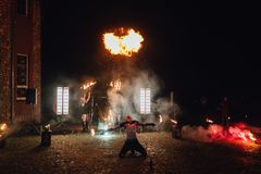 Mężczyzna mierzeje podpalają na końcówce przyjęcie weselne Zdjęcie Royalty Free