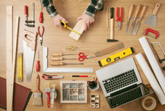 Mężczyzna mierzy drewnianą deskę Zdjęcie Stock