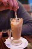 Mężczyzna miesza coffe z łyżką Fotografia Royalty Free