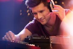 Mężczyzna miesza muzykę na turntable Fotografia Royalty Free