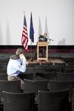 Mężczyzna miotania but przy osobą na scenie Fotografia Royalty Free