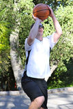 Mężczyzna Mknąca koszykówka Outside Zdjęcie Stock