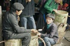 Mężczyzna mniejszości etniczne je lody, przy starym Dong Van rynkiem obrazy royalty free