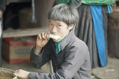 Mężczyzna mniejszości etniczne je lody, przy starym Dong Van rynkiem obrazy stock