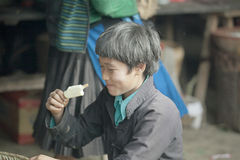 Mężczyzna mniejszości etniczne je lody, przy starym Dong Van rynkiem fotografia stock