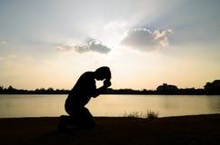 Mężczyzna modlenie. zdjęcia royalty free