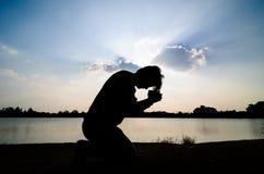 Mężczyzna modlenie. Obraz Royalty Free