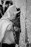Mężczyzna modlenie przy wy ścianą w czarny i biały, Fotografia Stock