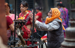 Mężczyzna modlenie w Nepal świątyni zdjęcia stock