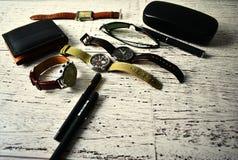 Mężczyzna mody akcesoriów zegarka portfla pióra okularów przeciwsłonecznych stylu życia składu luksusowy tło Obraz Stock