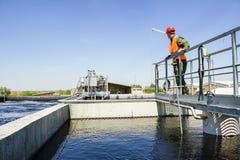 Mężczyzna monitor filtruje wodę w fabryce Fotografia Royalty Free