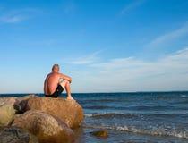 mężczyzna morza obsiadanie Zdjęcia Royalty Free