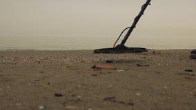 Mężczyzna morzem z wykrywacz metalu egzamininuje piasek Skarbu myśliwy zbiory wideo