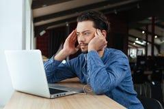 Mężczyzna myśleć o coś w biurze zdjęcia stock