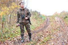 Mężczyzna myśliwy plenerowy w jesieni polowaniu Fotografia Stock