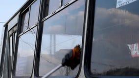 Mężczyzna myje brudnego autobus na otwartej przestrzeni zbiory