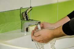 Mężczyzna myje jego ręki Obrazy Royalty Free