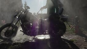 Mężczyzna myje motocykl z wysoki ciśnieniowy czystym zbiory wideo