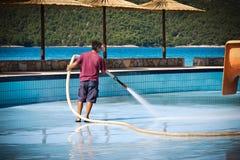 Mężczyzna myje pływackiego basenu Fotografia Royalty Free