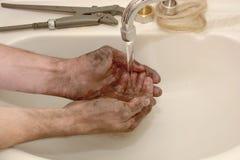 Mężczyzna myje ręki brudne Obraz Royalty Free