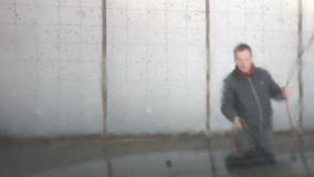 Mężczyzna myje samochód zbiory wideo