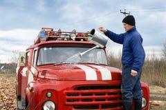 Mężczyzna myje samochód strażackiego Obraz Royalty Free