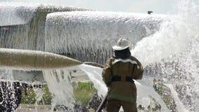 Mężczyzna myje samolot w coveralls zdjęcie wideo