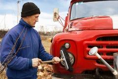 Mężczyzna myje starego samochód strażackiego Zdjęcie Stock
