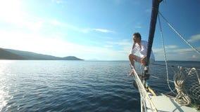 Mężczyzna na łęku żeglowanie łódź na morzu śródziemnomorskim zbiory