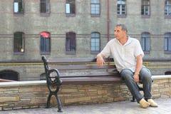 Mężczyzna na ławki czekaniu Zdjęcie Royalty Free