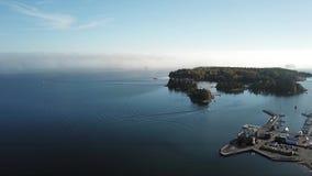 Mężczyzna na łodzi i mgle przychodzą od morza zdjęcie wideo