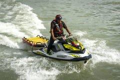 Mężczyzna na aquabike zbliża się zieloną wodę Czarny morze miejsce aquabike rywalizacja fotografia stock